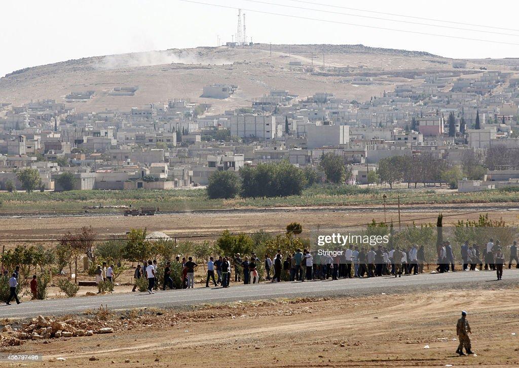 Refugees Flee Kobane As IS Forces Battle Kurdish Resistance : News Photo