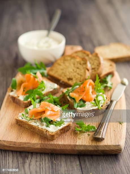 roken van zalm met kruiden-sour cream open sandwich