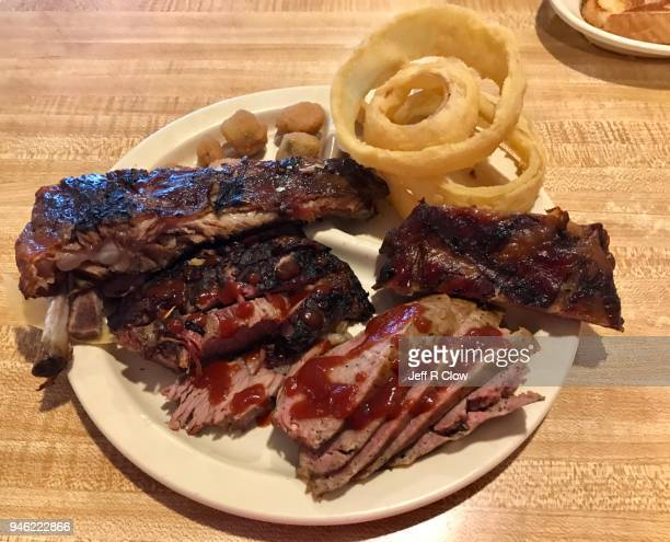 smoked barbecue plate in texas with sauce - carne de churrasco imagens e fotografias de stock