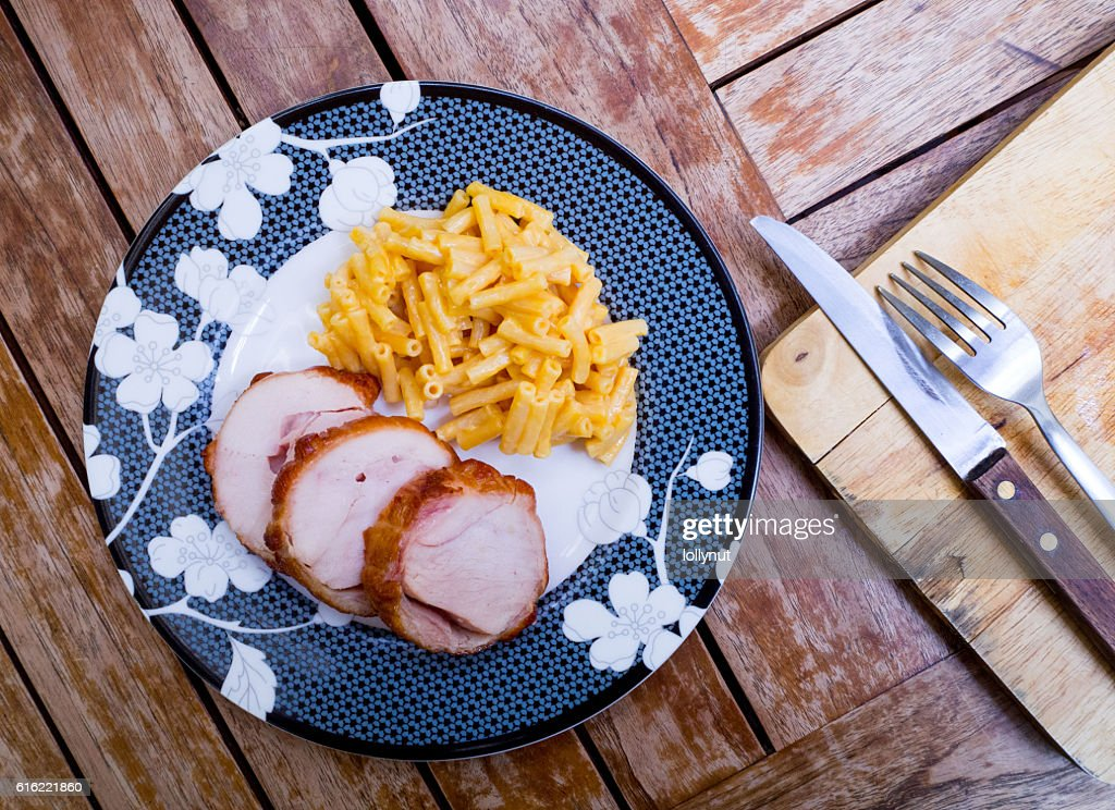 Smoked chicken breast sliced with cheese macaroni : Stockfoto