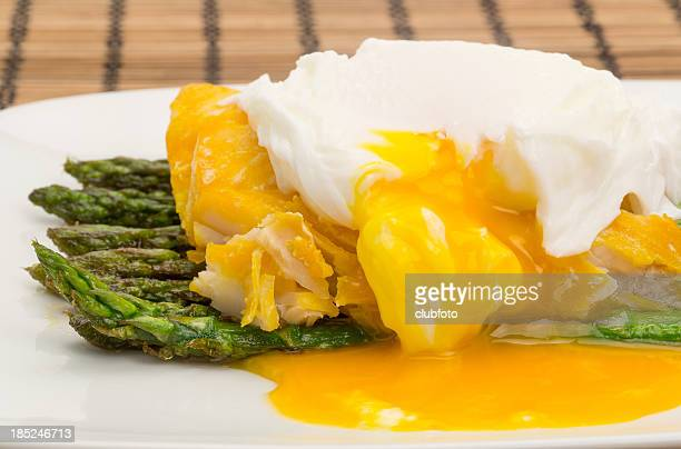 Eglefino ahumado, espárragos y un huevo cocida la cena