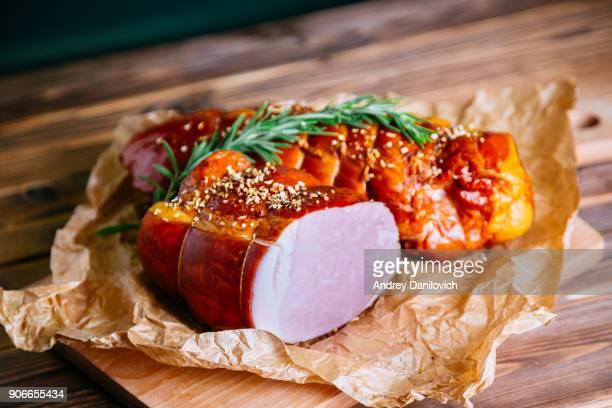 gerookt vleesproduct - gerookte worst stockfoto's en -beelden