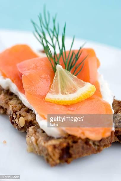 antipasto di salmone affumicato - pane integrale foto e immagini stock