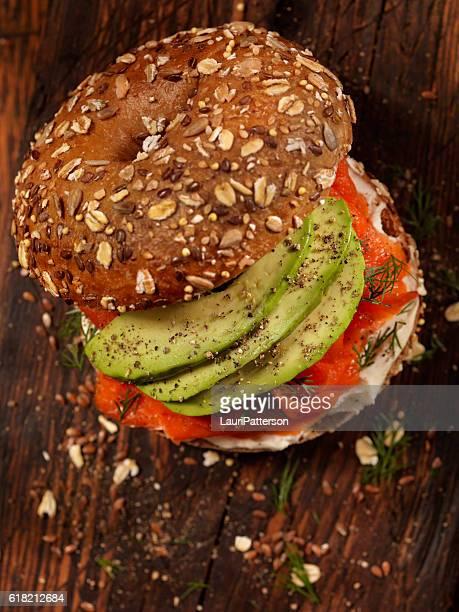 bagel au saumon fumé au fromage à la crème et à l'avocat - repas servi photos et images de collection
