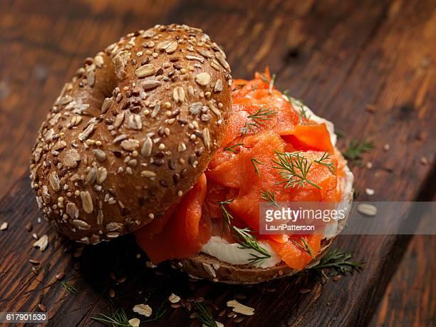 bagel di salmone affumicato con crema di formaggio e aneto fresco - salmone affumicato foto e immagini stock