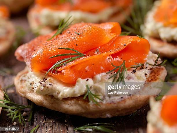 bilini al salmone affumicato con crema di avocado - salmone affumicato foto e immagini stock