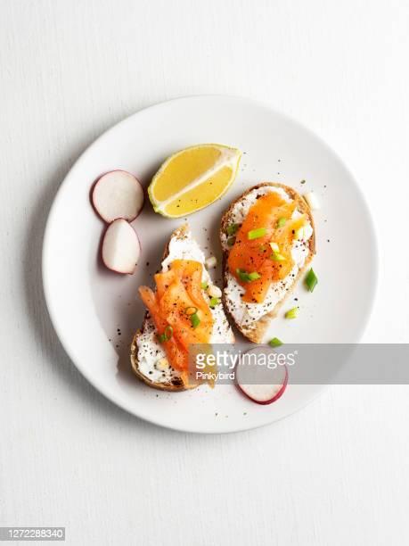 pane al salmone affumicato, bruschetta al salmone, sandwich al salmone, tartine - salmone affumicato foto e immagini stock