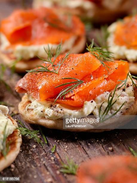 Tartine foto e immagini stock getty images for Smoked salmon cream cheese canape