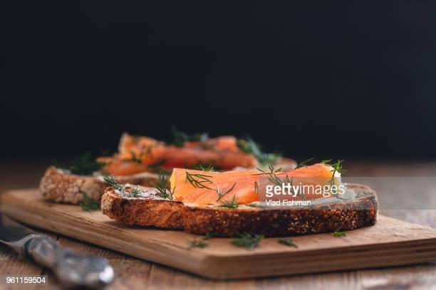 smoked salmon sandwich appetizer with toasted bread - aperitivo plato de comida fotografías e imágenes de stock
