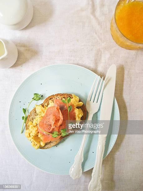 smoked salmon scrambled eggs - salmone affumicato foto e immagini stock