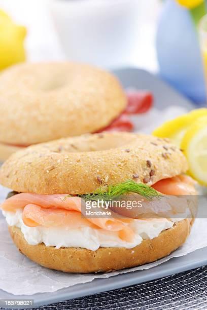 Salmón ahumado con queso cremoso con un bagel