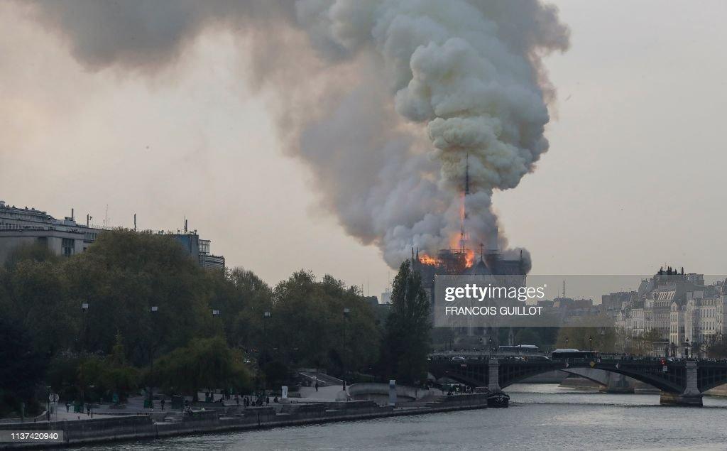 TOPSHOT-FRANCE-FIRE-NOTRE-DAME : News Photo