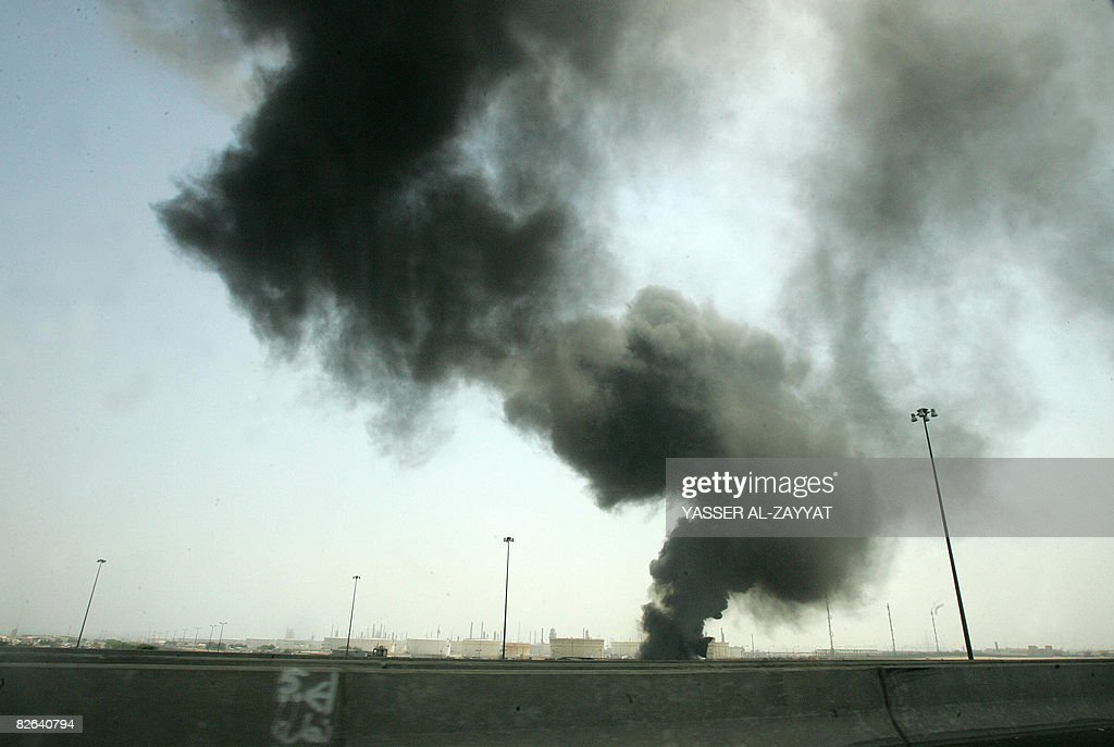 Smokes billows from a fire that broke ou : News Photo
