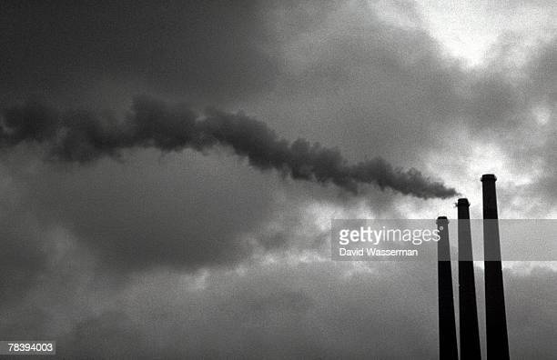 smokestacks - industriegebiet stock-fotos und bilder