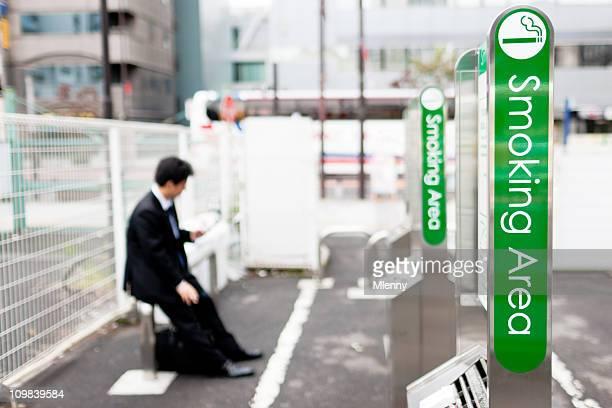 喫煙エリア、東京、日本 - タバコを吸う ストックフォトと画像