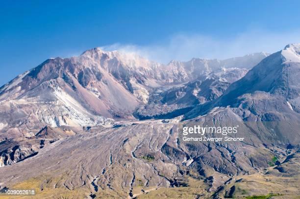 smoking crater of the active volcano mount st. helens, national volcanic monument state park, washington, usa - mount st. helens - fotografias e filmes do acervo