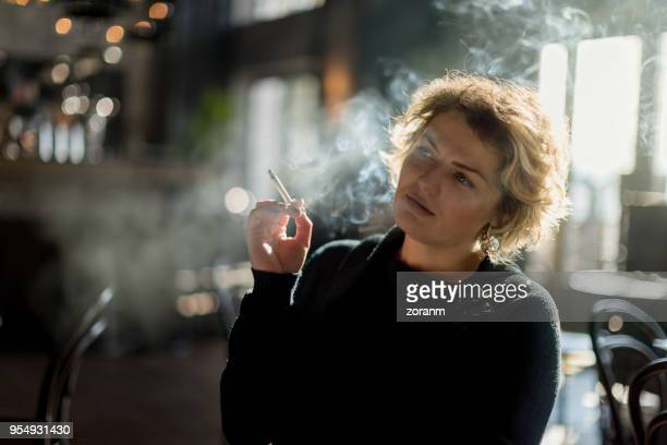 rauchen im restaurant - zigarette stock-fotos und bilder