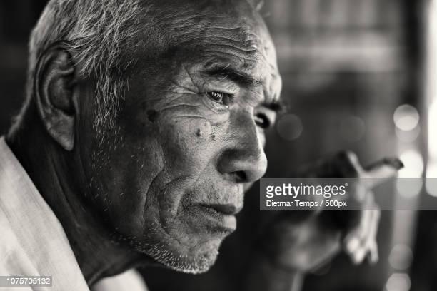 smoking man, myanmar (burma) - dietmar temps stockfoto's en -beelden