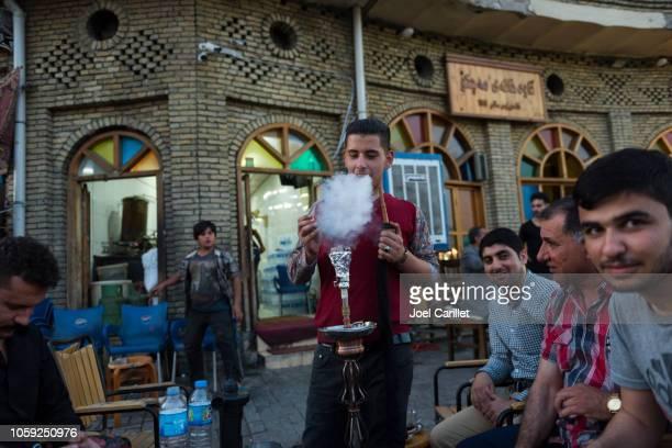 エルビル、イラクの machko カフェでシーシャ - 水キセル ストックフォトと画像