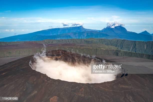 smoking volcano - isla reunion fotografías e imágenes de stock