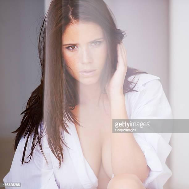 smoldering and sensual - helemaal losgeknoopt stockfoto's en -beelden
