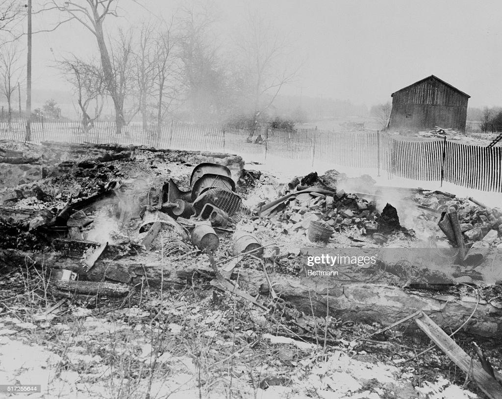Smoldering Remains of Serial Killer Ed Gein's Home : Nachrichtenfoto