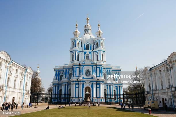 smolny convent in saint-petersburg - sankt petersburg stock-fotos und bilder