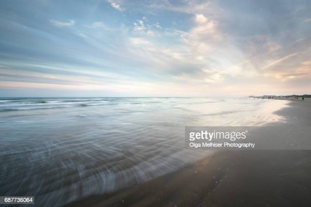 smooth water at the beach in port aransas at sunset, texas, usa - gulf coast states stockfoto's en -beelden