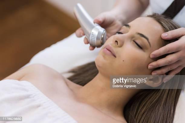 suavizar la piel. salón de belleza. - depilacion laser fotografías e imágenes de stock