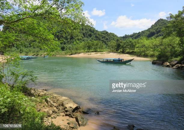 sơn river (phong nha-kẻ bàng national park, vietnam) - phong nha kẻ bàng national park stock photos and pictures