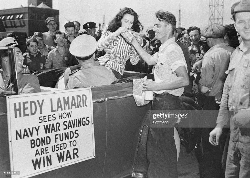 Hedy Lamarr Eating Sandwich : Nachrichtenfoto