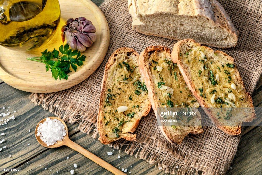 スナックやニンニク バジルとオリーブ オイルのブルスケッタの前菜 : ストックフォト