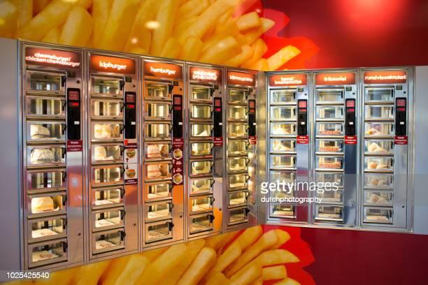 snackbar op het treinstaion amersfoort, nederland - snackbar stockfoto's en -beelden