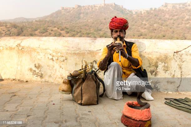 snake charmer and his cobras at new delhi, india - fascinante imagens e fotografias de stock