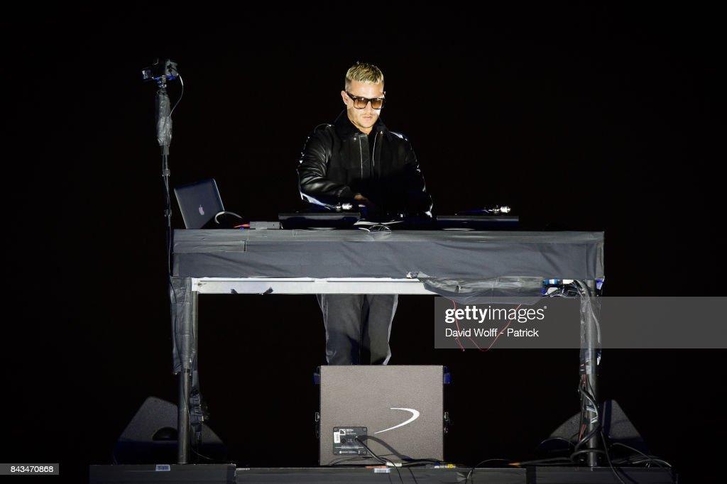 DJ Snake Performs At Arc De Triomphe, Champs Elysees In Paris : ニュース写真