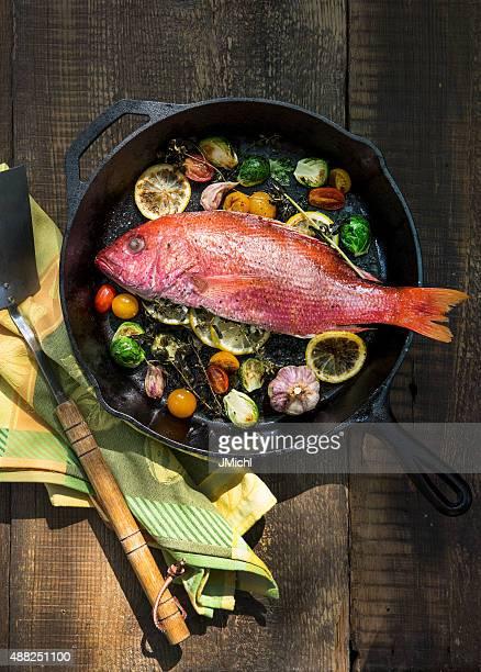 Pargo con verduras en un bombo de hierro fundido