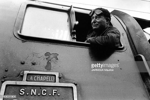 Sncf Line ParisLille Un mécanicien de locomotive à vapeur passant la tête à l'extérieur de son poste de conduite pour voir la signalisation sur la...