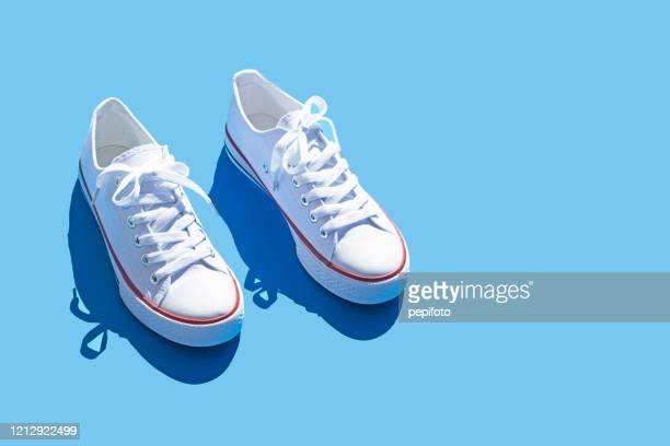 sneakers - witte schoen stockfoto's en -beelden