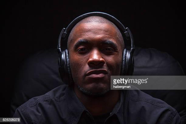 Verächtlich Mann Musik hören