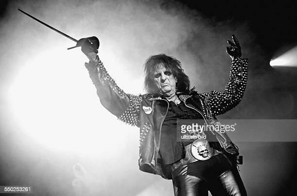 Sänger Alice Cooper während eines Konzertes in der CHalle in Berlin