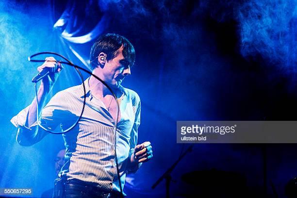 Sänger Brett Anderson während eines Konzerts im EWerk in Köln