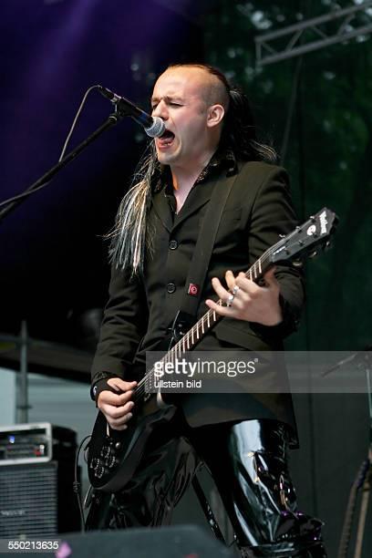 Sänger Chrysti Scythe während eines Konzertes anlässlich des 16 WaveGotikTreffens in Leipzig