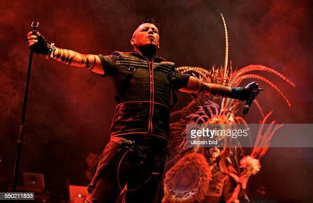 Sänger Erk Aicrag während eines Konzerts im Rahmen des 17. Wave-Gotik-Treffens in Leipzig