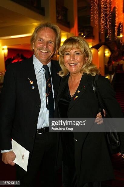 Sänger Frank Zander Und Ehefrau Evi Bei Der Verleihung Des BZ Kulturpreis 2003 Am 290103 Im Friedrichstadtpalast In Berlin