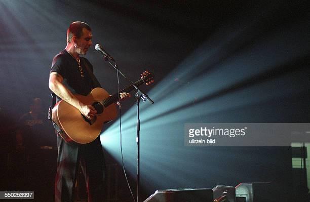 Sänger Justin Sullivan während eines Konzertes in der Berliner Columbiahalle