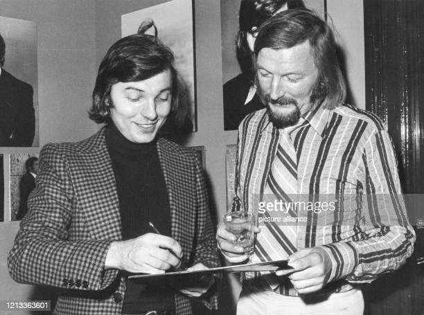 Sänger Karel Gott gibt dem Bandleader James Last bei der Eröffnung des neuen Hauses der Deutschen Grammophon am ein Autogramm James Last wurde am als...