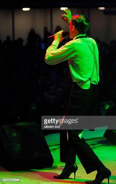 Sänger Luca Lanthier während eines Konzertes anlässlich des 16 WaveGotikTreffens auf der Parkbühne in Leipzig