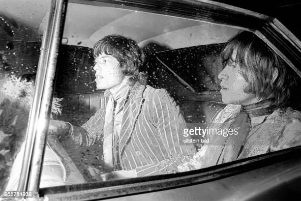 Sänger Mick Jagger Gitarrist Keith Richards der Rockgruppe Rolling Stones bei der Ankunft am Hamburger Flughafen