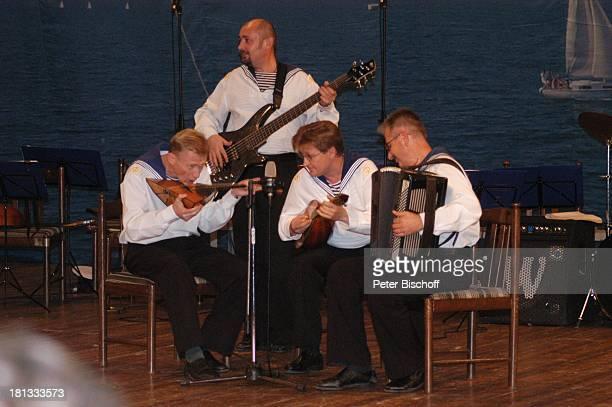 Sänger Musiker und Tänzer vom 'Marinechor der Schwarzmeerflotte' Jalta Ukraine ProdNr 1496/2006 Auftritt Bühne Mikro Mikrophon Balalaika Instrument...