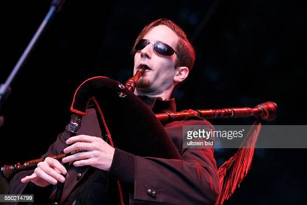 Sänger Pilgrim während eines Konzertes anlässlich des 16 WaveGotikTreffens in Leipzig